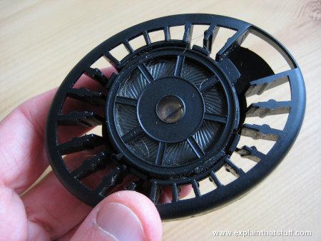 Casque Sennheiser à dossier ouvert avec le revêtement en mousse et le câble enlevé.