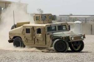 Um Humvee ARMY dos EUA a ser conduzido rapidamente ao virar de uma esquina.