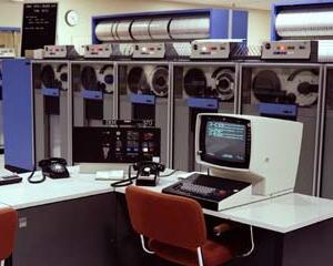 Arka planda manyetik bant sürücülerine sahip bir IBM System / 370 ana bilgisayar.